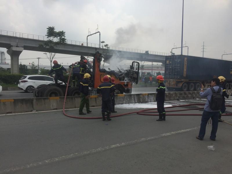 Xe container boc chay du doi tren Xa lo Ha Noi-Hinh-2
