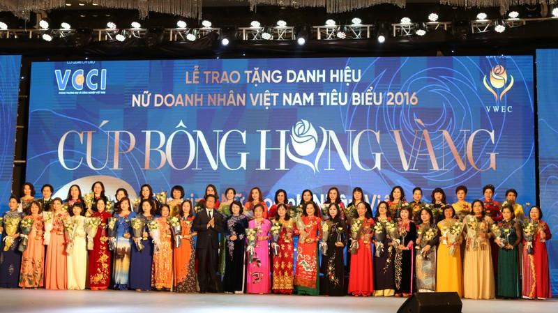 Cup Bong hong Vang ton vinh 100 nu doanh nhan Viet Nam tieu bieu-Hinh-2