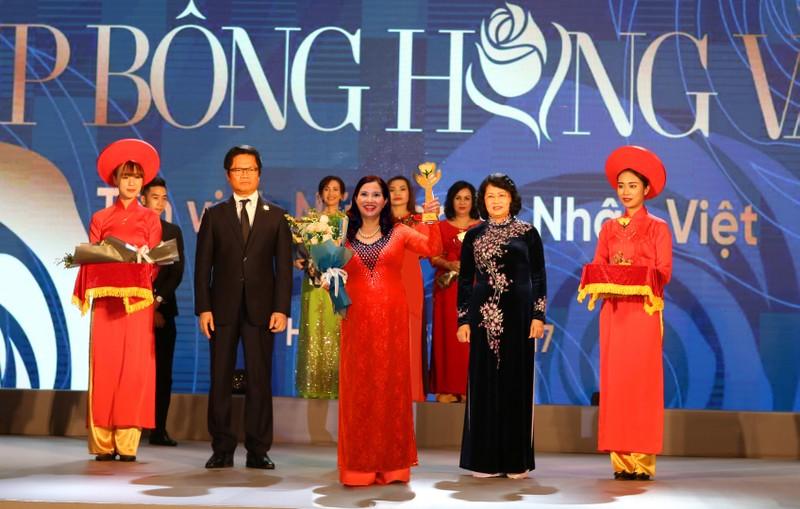 Cup Bong hong Vang ton vinh 100 nu doanh nhan Viet Nam tieu bieu-Hinh-3