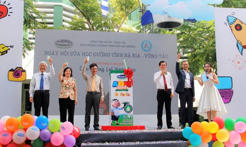 "Vinamilk 10 nam dong hanh cung ""Sua hoc duong"" vi mot Viet Nam vuon cao"