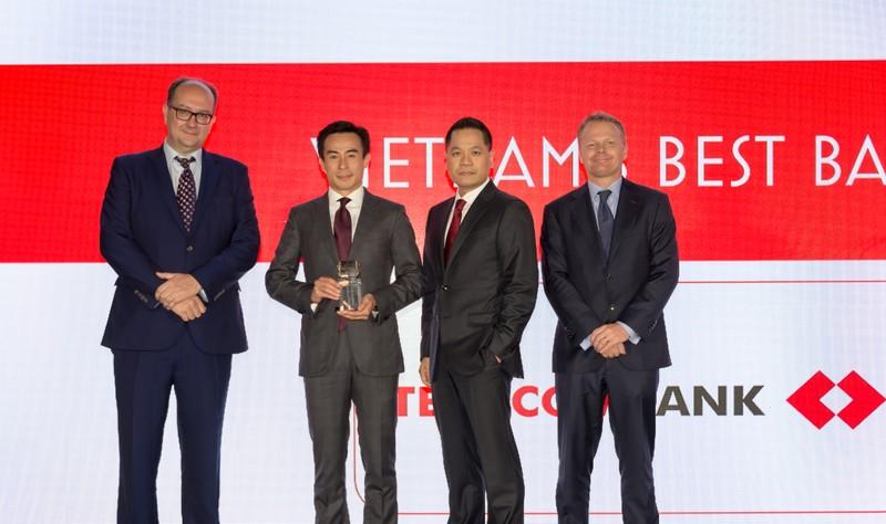 """Techcombank nhan giai """"Ngan hang tot nhat Viet Nam 2018"""" tu Euromoney"""