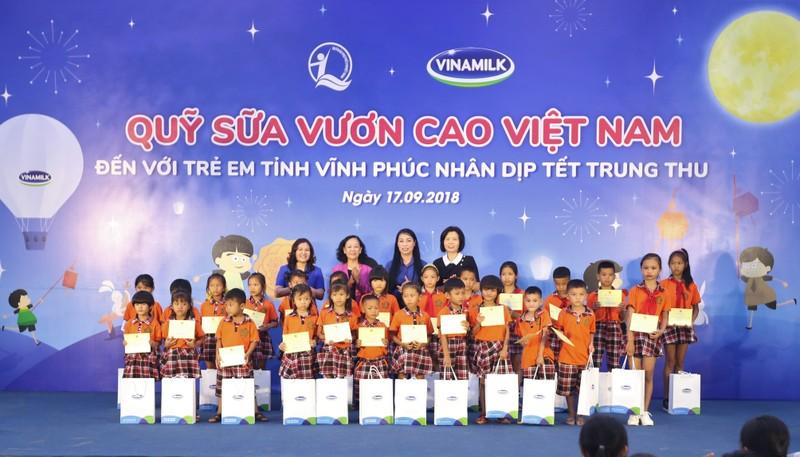 Vinamilk dem niem vui ngay tet trung thu den cho tre em tinh Vinh Phuc-Hinh-6