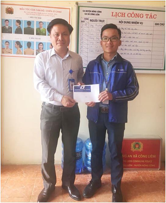 Nhan vien kinh doanh VinaPhone Thanh Hoa tra lai tien cho nguoi danh mat-Hinh-2