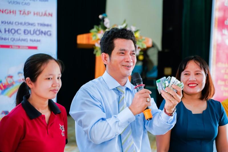 Sua hoc duong Quang Nam: Hoc sinh mien nui duoc uong sua mien phi-Hinh-5