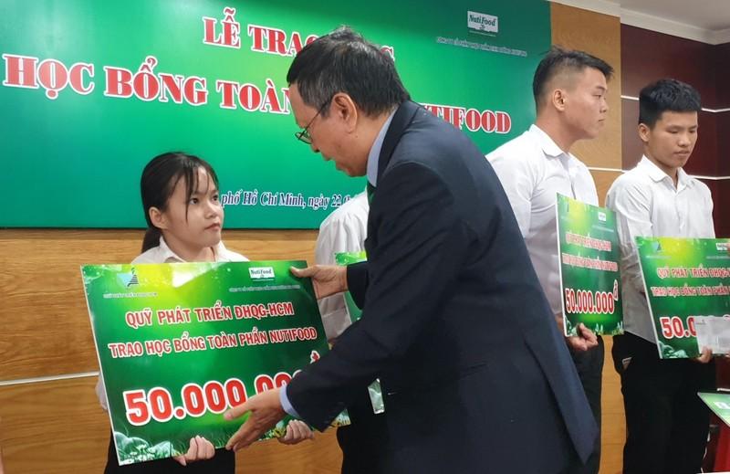 Nutifood trao hoc bong toan phan cho sinh vien DH Quoc gia TP.HCM