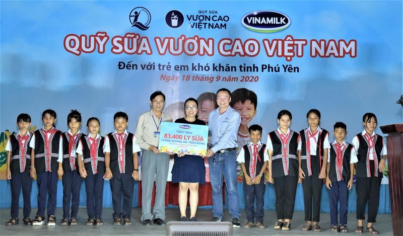 Quy sua vuon cao Viet Nam va Vinamilk chung tay cham soc tre em Phu Yen