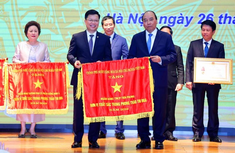 Thu tuong Chinh phu trao tang co thi dua cho TPBank