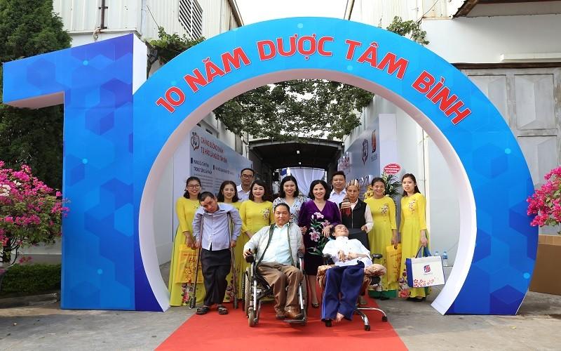 CEO Duoc pham Tam Binh chua benh mien phi cho nguoi ngheo-Hinh-3