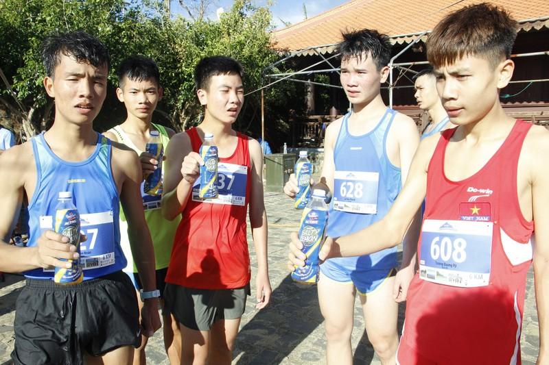 Gan 1500 van dong vien chinh phuc dinh nui Ba Ra cung Number 1 Active-Hinh-5