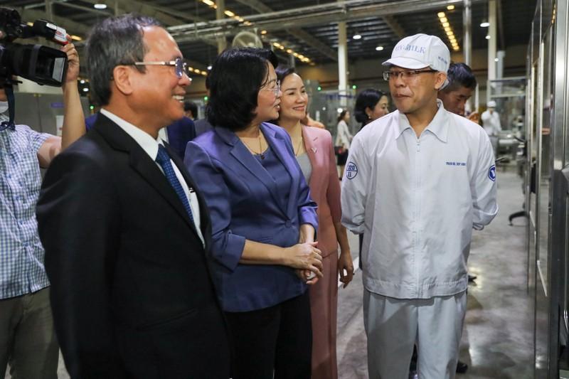 Pho Chu tich nuoc tham hoi, dong vien cong nhan nha may sua truoc Tet-Hinh-2