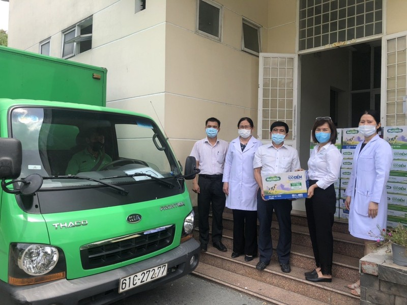 Nutifood va Ong Bau tang san pham cho CBNV nganh y TP.HCM-Hinh-2