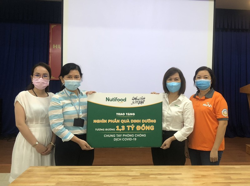 Nutifood va Ong Bau tang san pham cho CBNV nganh y TP.HCM