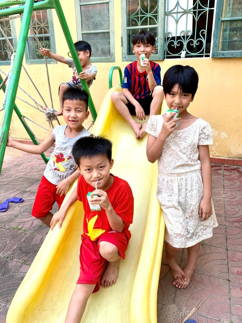 Quy sua Vuon cao Viet Nam mang lai nu cuoi hanh phuc cho tre tho trong mua dich