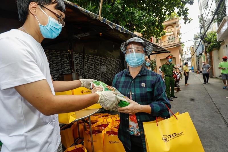 T&T Group tang 100.000 suat qua tri gia 30 ty dong cho nguoi dan TP HCM-Hinh-2