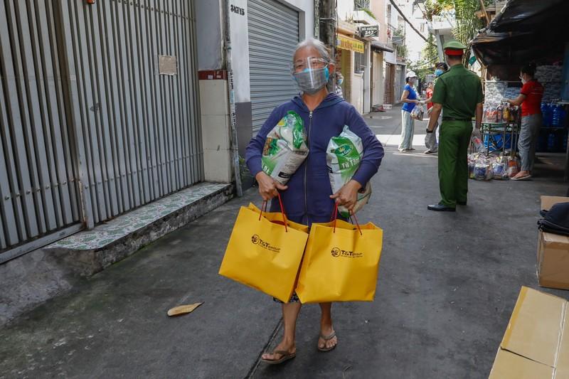 T&T Group tang 100.000 suat qua tri gia 30 ty dong cho nguoi dan TP HCM-Hinh-3