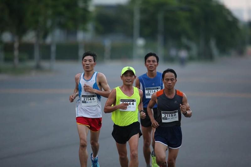 Chan chay cu ly full marathon chia se cach thich nghi trong thoi gian gian cach-Hinh-2