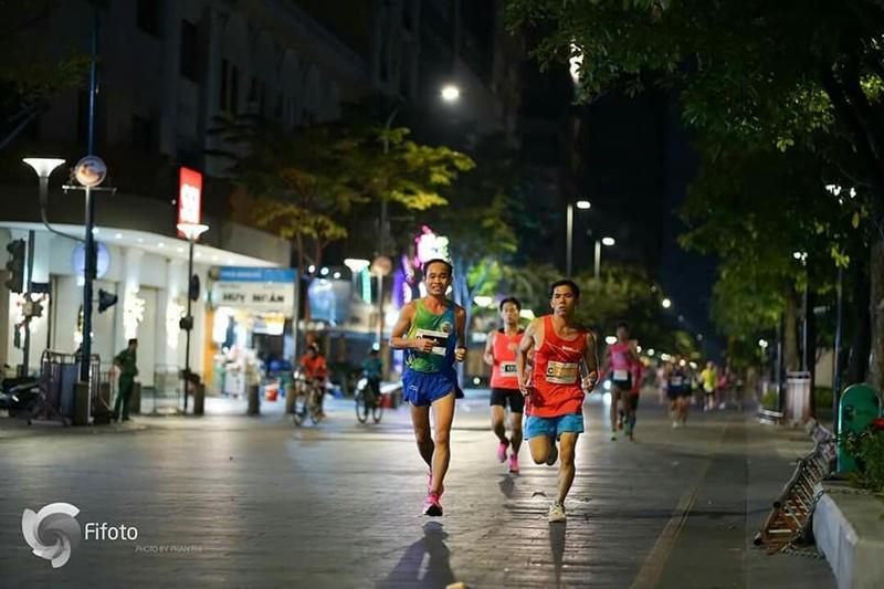 Chan chay cu ly full marathon chia se cach thich nghi trong thoi gian gian cach