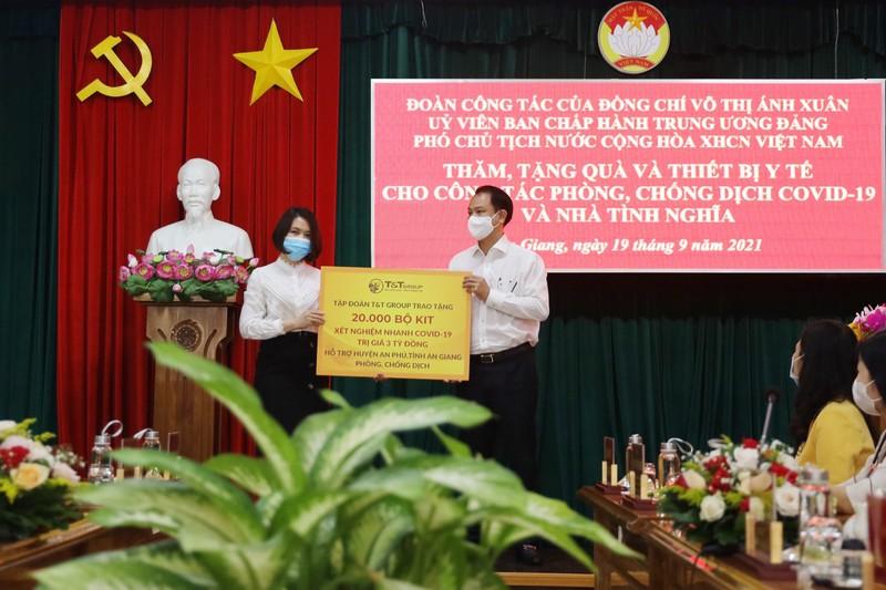 T&T Group tang 140.000 bo kit test nhanh COVID-19 ho tro chong dich-Hinh-2