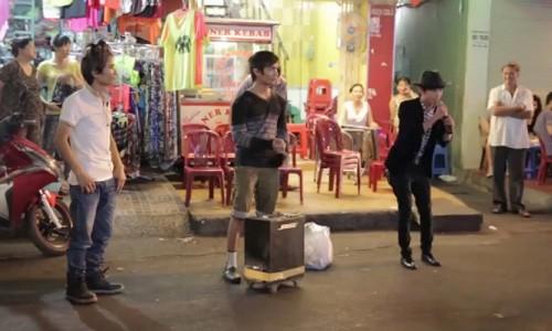 Clip Thanh ban chai, Le Roi hat gay tac duong Sai Gon