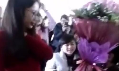 Be trai tang hoa cho nu sinh DH Vinh gay xon xao