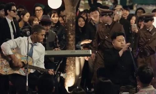 Ban sao cua ong Obama va Kim Jong-un thi hat tren pho