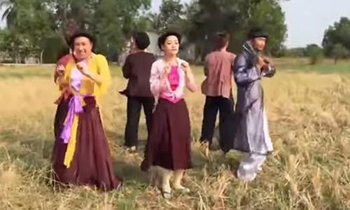 """Chipu mac yem, tung bung nhay """"Vu dieu cong chieng"""" giua dong"""