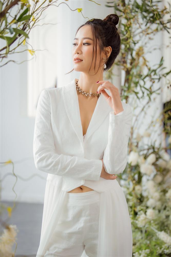 """Hoa hau Duong Thuy Linh tu mat ban than """"gop y vo duyen""""-Hinh-6"""