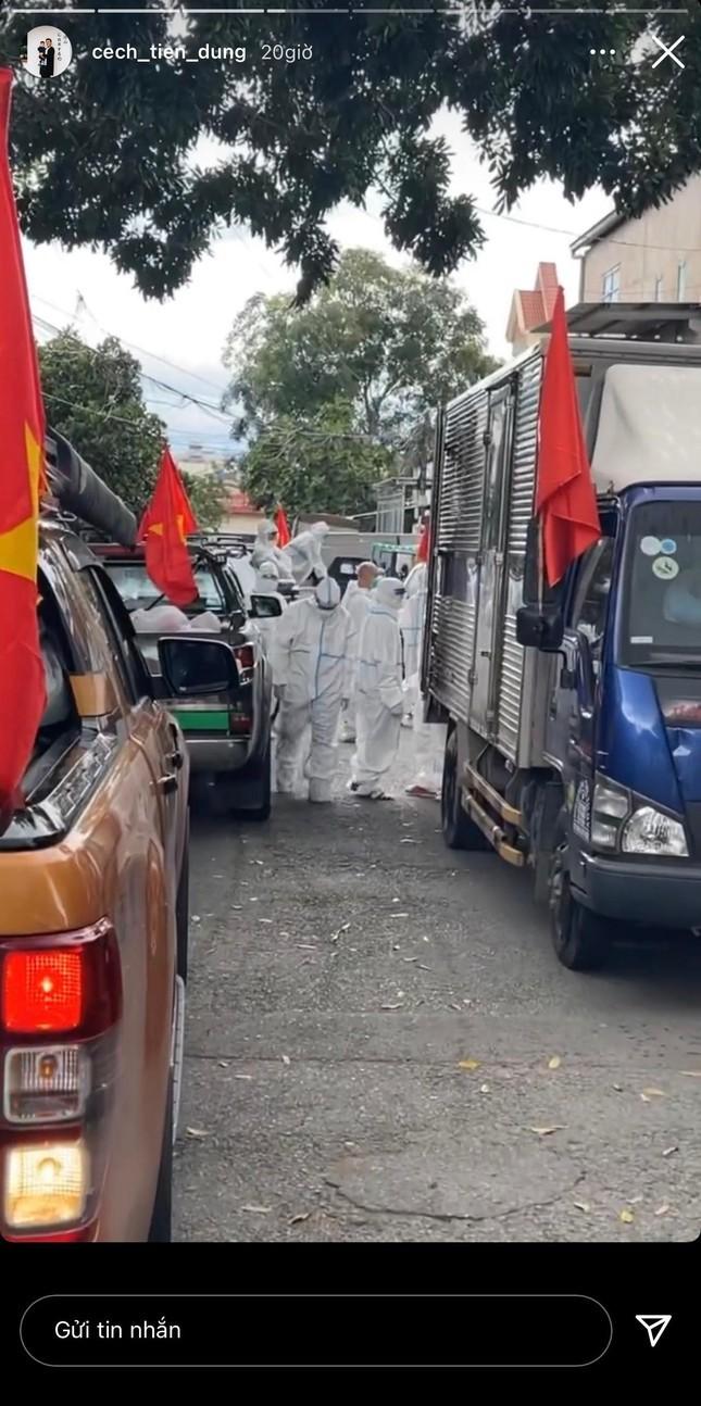 Bui Tien Dung ngoi xe sang di trao qua cho nguoi dan kho khan