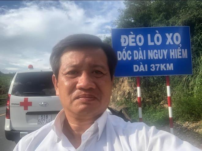 Ong Doan Ngoc Hai lai xe cuu thuong cho benh nhan ung buou ve Kon Tum