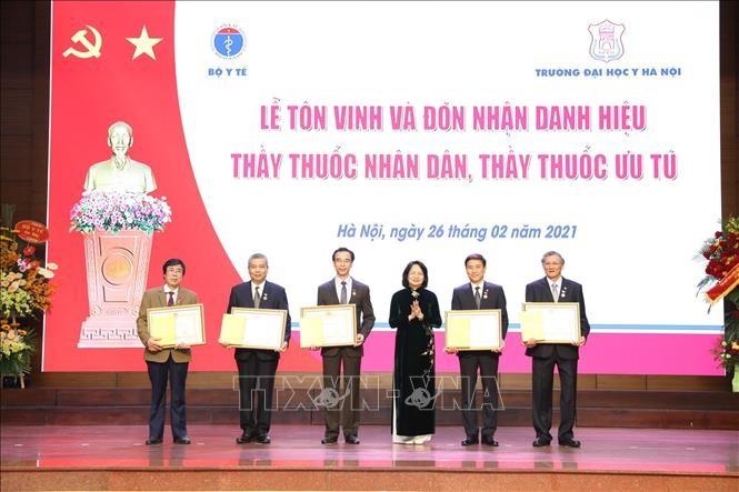 Trao tang danh hieu Thay thuoc Nhan dan cho 5 bac si DH Y Ha Noi
