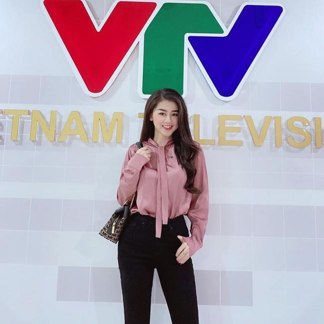 Nu MC VTV dan ban tin the thao xinh dep ngo ngang khi len song-Hinh-2