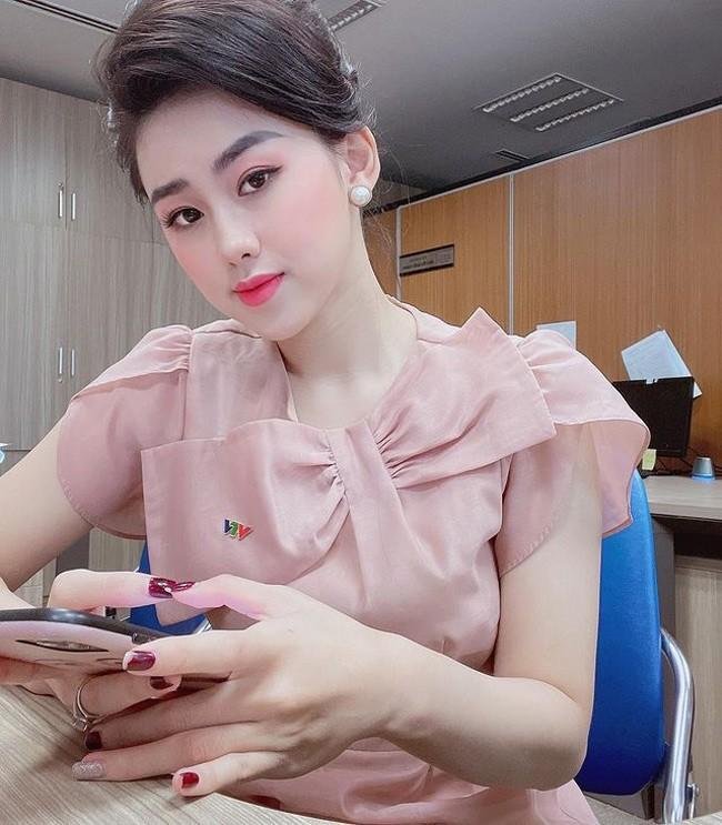 Nu MC VTV dan ban tin the thao xinh dep ngo ngang khi len song-Hinh-3