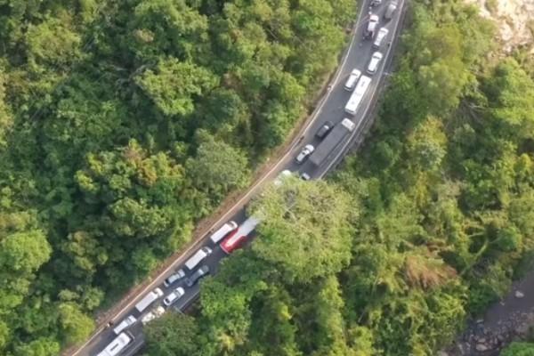 Video: Nghin xe xep kin deo ngoan ngoeo, mac vong nam cho len Da Lat