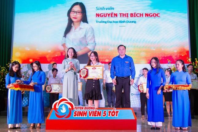 """Nu """"Sinh vien 5 tot"""" kiem bon tien nho sieu tieng Anh-Hinh-3"""