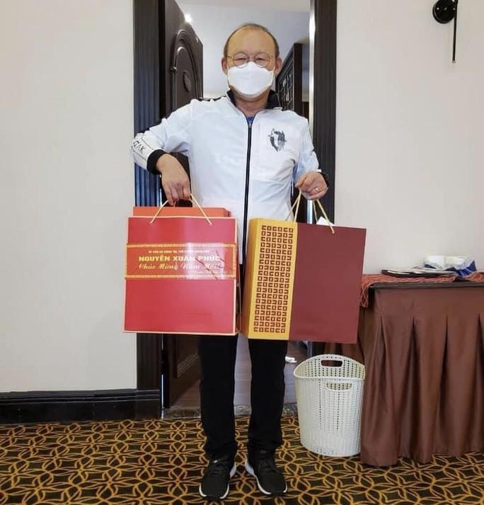 HLV Park Hang-seo nhan qua chuc Tet tu Thu tuong Nguyen Xuan Phuc