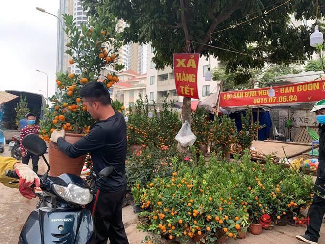Quat, dao, hoa Tet ha gia nhung van vang bong khach mua-Hinh-3