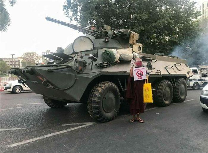 Luc luong an ninh no sung giai tan bieu tinh trong chinh bien Myanmar