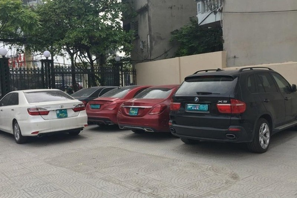 Cong an thu giu them 5 xe sang sau vu 2 Mercedes trung bien so o Ha Noi-Hinh-2