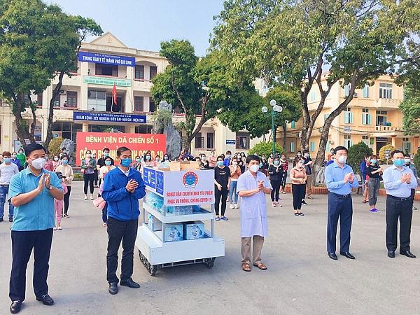 Che tao thanh cong robot van chuyen nhu yeu pham chong COVID-19