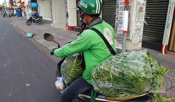 Nhung chang trai tre, 'tay xach nach mang' luon khap pho Sai Gon vang la-Hinh-2