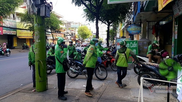 Nhung chang trai tre, 'tay xach nach mang' luon khap pho Sai Gon vang la-Hinh-3