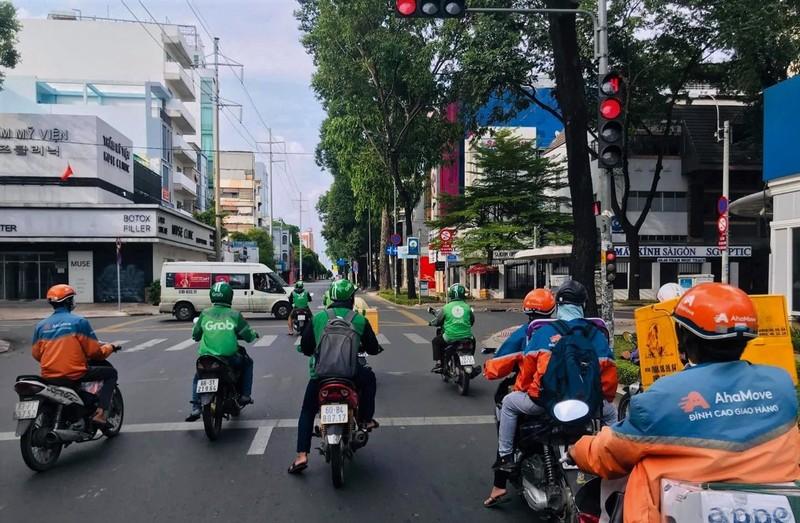 Nhung chang trai tre, 'tay xach nach mang' luon khap pho Sai Gon vang la-Hinh-5