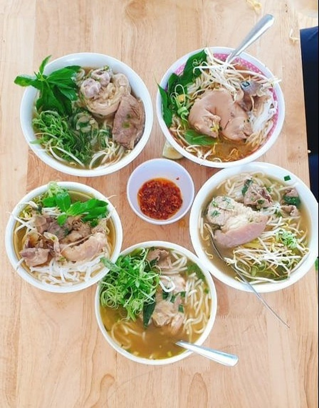 Nguoi dan TP.HCM moi tinh nguyen vien vao an bun bo, tang sau rieng-Hinh-2