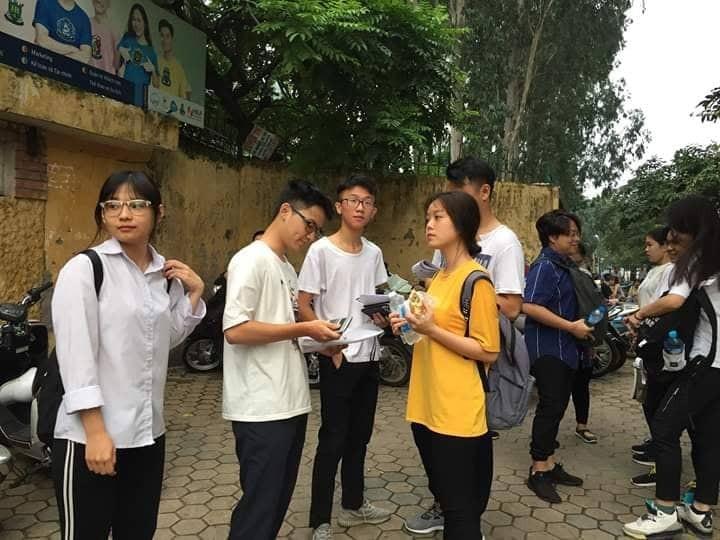 Hon 887.000 thi Ngu Van THPT de thi: Ai da dat ten cho dong song-Hinh-2
