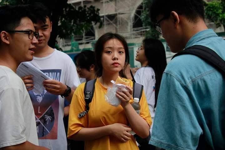 Hon 887.000 thi Ngu Van THPT de thi: Ai da dat ten cho dong song-Hinh-5
