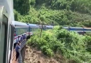 Tau SE3 trat banh tren deo Hai Van khien hanh khach so hai