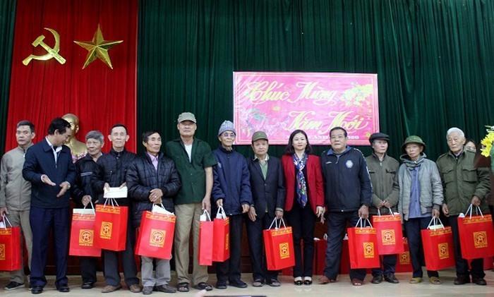 Lanh dao TP Ha Noi tham, tang qua Tet 128 ho dan xa Dong Tam-Hinh-2