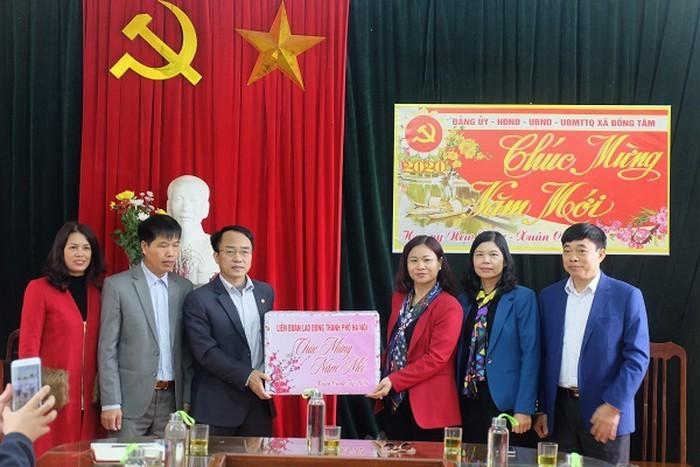Lanh dao TP Ha Noi tham, tang qua Tet 128 ho dan xa Dong Tam-Hinh-4