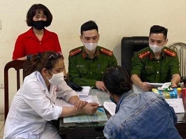 Mot phu nu Ha Noi khong deo khau trang bi phat 200.000 dong