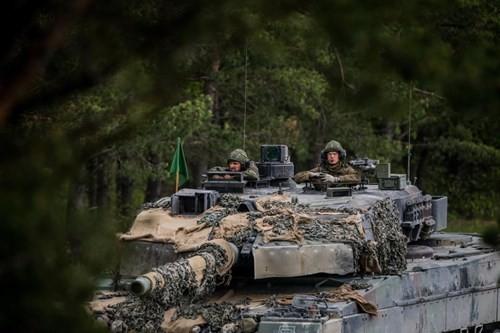 Quan doi NATO: Cang dong, cang loan